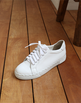 Race Sneaker real leather came one size larger -